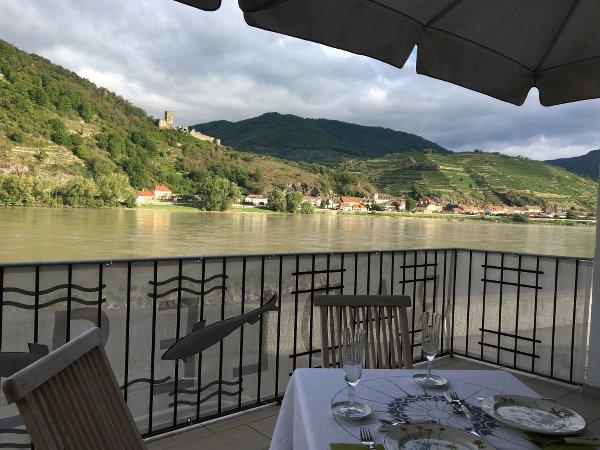 Frühstück im Freien in der Wachau auf der Terrasse an der Donau in Oberarnsdorf