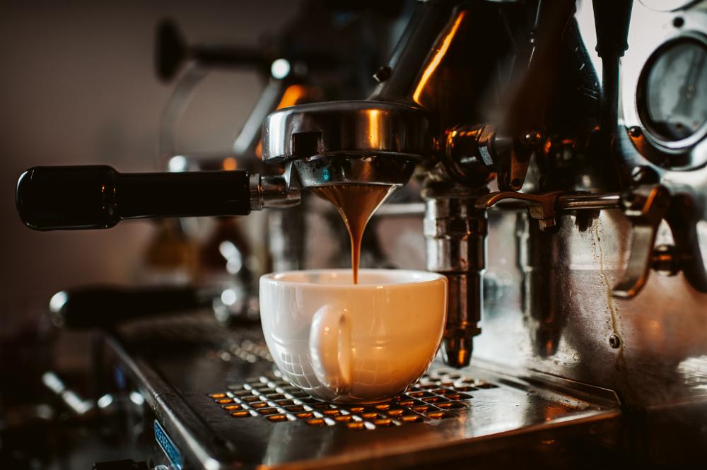 verlängerter, kaffee, der mit heißem Wasser verdünnt wurde