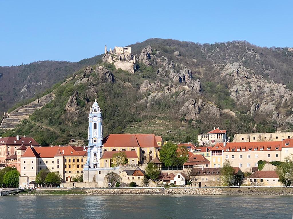 """Ein besonderes Erlebnis an der Donau bietet ein Besuch der mittelalterlichen Stadt Dürnstein. Die berüchtigten Kuenringer herrschten hier im Mittelalter. Sitz waren z.B. die Burgen von Aggstein und Dürnstein. Die Söhne Hademars II. waren als Raubritter und """"Hunde von Kuenring"""" verrufen. Eine weitere historische Begebenheit war die Inhaftierung des legendären englischen Königs Richard I. Löwenherz auf Burg Dürnstein an der Donau. Während des Kreuzzugs nach Jerusalem geriet er mit Leopold V. in Konflikt. Nach seiner Rückkehr wurde er 1192 in einem Wirtshaus in Erdberg bei Wien erkannt. Daraufhin wurde er durch Leopold I.von Österreich gefangen genommen und Leopold liess seinen prominenten Gefangenen auf den Dürren Stein an der Donau bringen."""