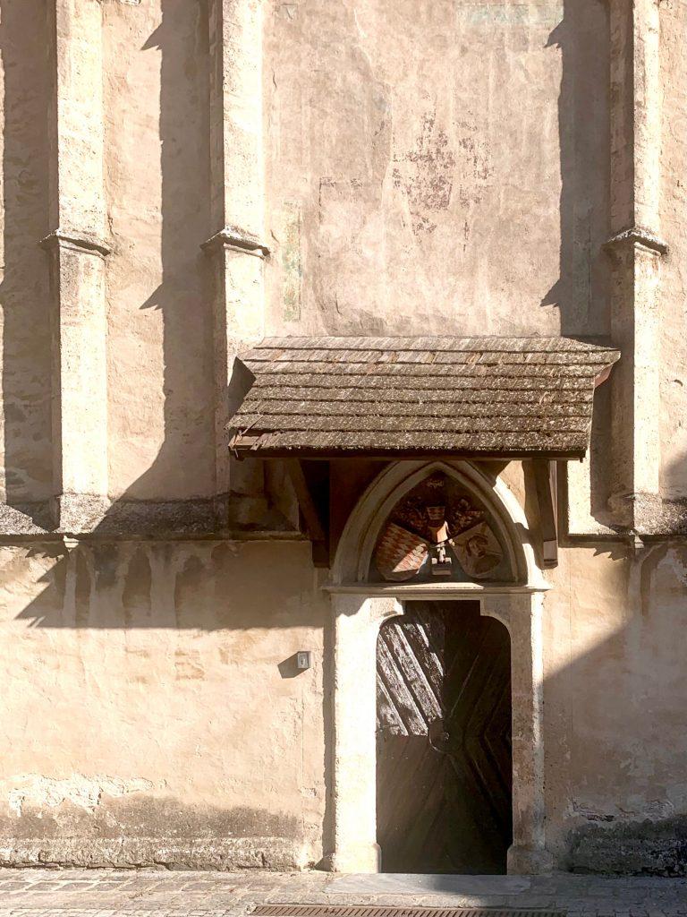 westtor der kirche von schwallenbach