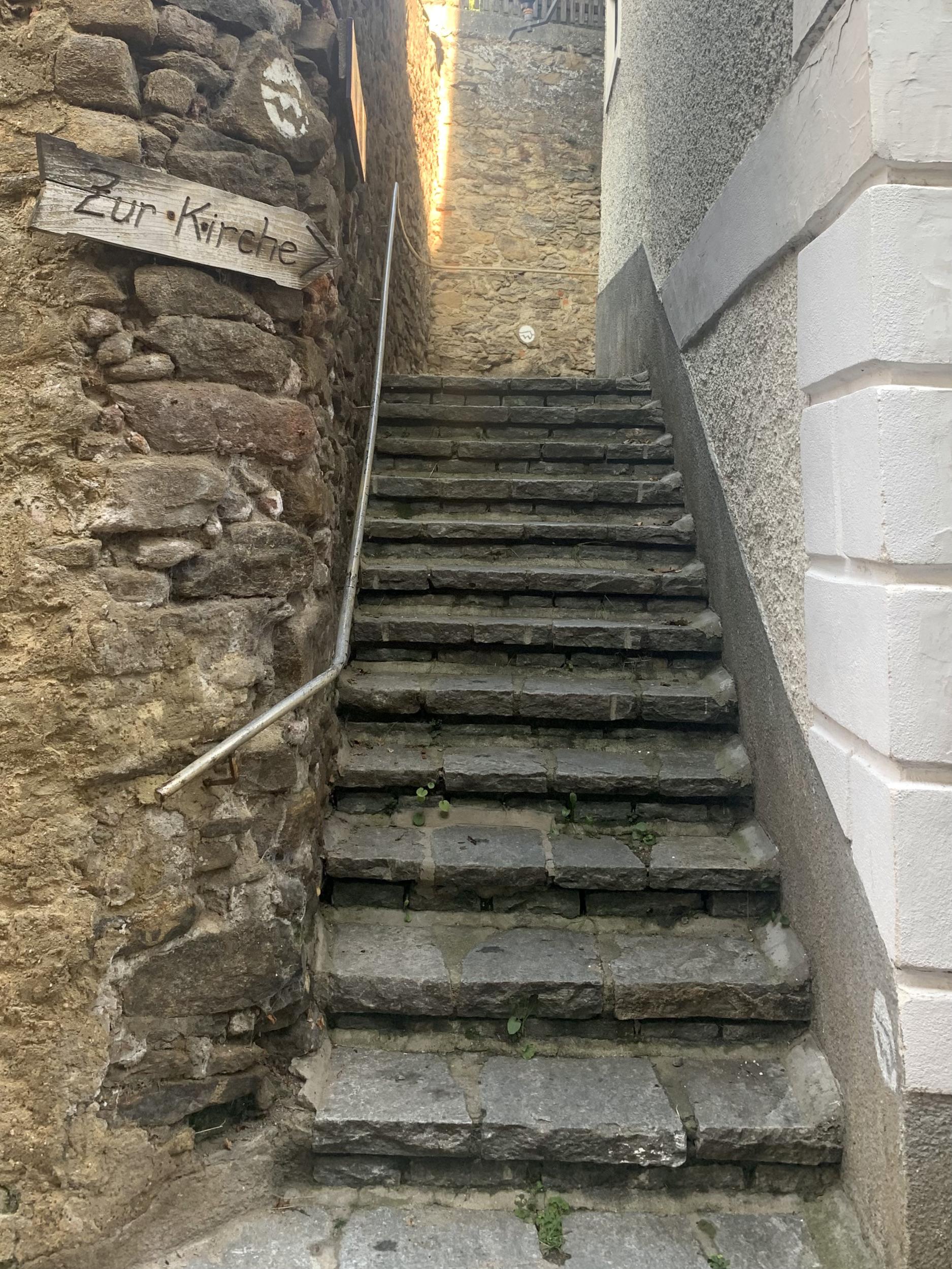 Zur Kirche vom Weitenbergweg in Weißenkirchen in der Wachau