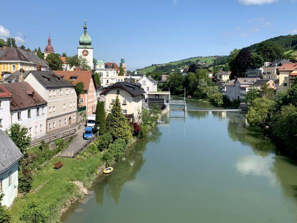 Linkes Ufer der Ybbs in Waidhofen mit Stadtturm und Pfarrkirche